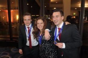 Gouden medaille winnende Sterklassers Joris Hogervorst en Jason de Haan. In hun midden Iris, leerling van ROCvanAmsterdam, die zilver won bij de patisseriewedstrijd